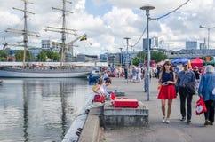 De mensen rusten op Overzeese Dagen in Tallinn stock fotografie