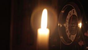 De mensen` s hand bij nacht verlicht tijd op de klok stock videobeelden