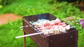 De mensen` s hand draait het vlees op grill1 stock footage