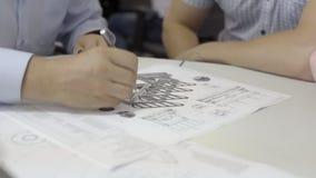 De mensen` s hand met een potlood werkt met de tekening stock videobeelden