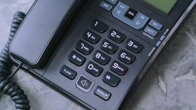 De mensen` s hand neemt document met inschrijving roept me van oude telefoon stock footage