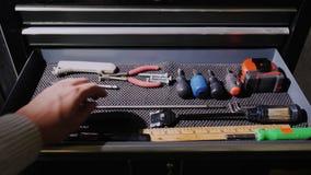 De mensen` s hand neemt de hulpmiddelen van de lade Gemaakt door eigen handenconcept stock video