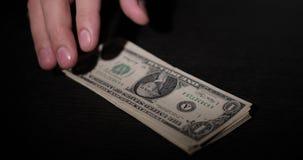 De mensen` s hand verwijdert de dollars uit de lijst stock footage