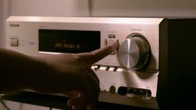 De mensen` s handen veranderen het volume in de versterker stock video
