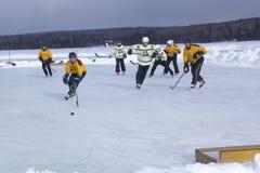 De mensen` s teams concurreren in een Festival van het Vijverhockey in Rangeley stock foto