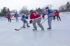 De mensen` s teams concurreren in een Festival van het Vijverhockey in Rangeley royalty-vrije stock fotografie