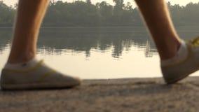 De mensen` s Voeten lopen langs Dnipro Riverbank in de Zomer in slo-Mo stock videobeelden