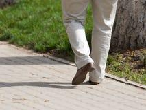 De mensen` s voeten zijn op de weg royalty-vrije stock foto