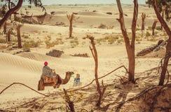 De mensen in de Sahara verlaten tunesië Stock Foto
