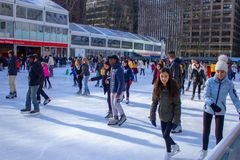 De mensen schaatsen bij Bryant-park stock foto's