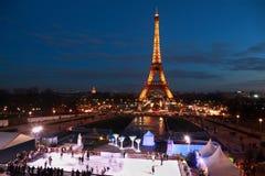 De mensen schaatsen bij nacht Royalty-vrije Stock Foto's