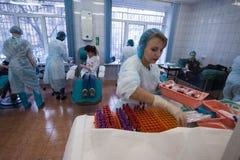 De mensen schenken bloed bij een transfusiepost Stock Fotografie