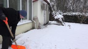 De mensen schone sneeuw van de huisbewaarder van voetpad dichtbij huis in de winter 4K stock video