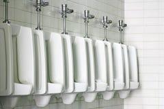 De mensen schone toiletten van het urinoir Stock Foto
