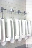 De mensen schone toiletten van het urinoir Royalty-vrije Stock Afbeeldingen