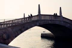 De mensen silhouetteren bij een brigde dichtbij San Marco Place in Venetië Stock Foto