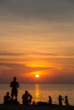 de mensen silhouetteren bij zonsondergangstrand Thailand Royalty-vrije Stock Foto's