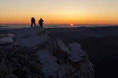 De mensen silhouetteren bij zonsopgang Stock Fotografie