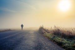 De mensen silhouetteren in de mist Stock Foto's