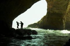 De mensen silhouetteren in grot Stock Fotografie