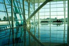 De mensen silhouetteren in luchthaven Stock Foto's
