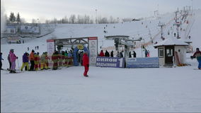 De mensen in ski passen status in een rij voor de lift aan om van de berg op skis weg te gaan stock video