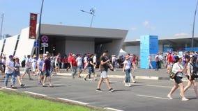 De mensen slepen aan het stadion mee vóór de gelijke Nizhny Novgorod