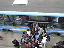 De mensen slepen om in een bus te krijgen mee royalty-vrije stock foto