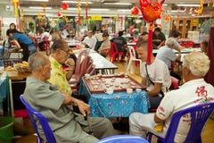 De mensen spelen Chinees schaak in Chinatown Bangkok. Royalty-vrije Stock Foto's