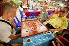 De mensen spelen Chinees schaak in Chinatown Bangkok. Royalty-vrije Stock Foto