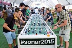 De mensen spelen in een buitengewoon brede foosball ook kennen als lijstvoetbal en lijstvoetbal bij Sonarfestival royalty-vrije stock afbeelding
