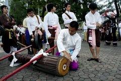 de mensen spelen in een Thaise muziek tonen Royalty-vrije Stock Afbeeldingen