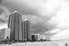 De mensen spelen met vlieger op zandig strand, het Strand van Miami, Florida Stock Foto's
