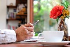 De mensen spelen ter beschikking slimme telefoons met koffiekop royalty-vrije stock foto's