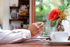 De mensen spelen ter beschikking slimme telefoons met koffiekop royalty-vrije stock foto