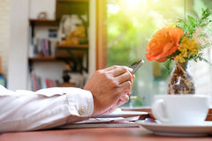De mensen spelen ter beschikking slimme telefoons met koffiekop royalty-vrije stock fotografie