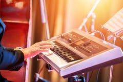 De mensen spelen toetsenbordmuziek op stadium royalty-vrije stock foto