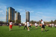 De mensen spelen voetbal bij stadion Royalty-vrije Stock Foto