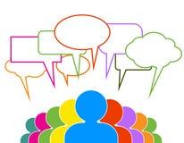 De mensen spreken in kleurrijke toespraakbellen Stock Foto's