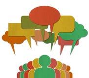 De mensen spreken in kleurrijke toespraakbellen Stock Fotografie