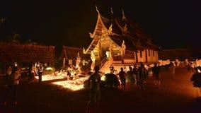 De mensen steken kaarsen aan en bidden in Ton Kwen Temple op de dag van Visakha Bucha, Chiangmai, Thailand stock videobeelden