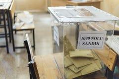 De mensen stemmen voor voorzitters en partijen in vroege Turkse verkiezing in Marmaris, Turkije Royalty-vrije Stock Afbeelding