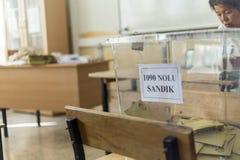 De mensen stemmen voor voorzitters en partijen in vroege Turkse verkiezing in Marmaris, Turkije Royalty-vrije Stock Afbeeldingen