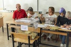De mensen stemmen voor voorzitters en partijen in vroege Turkse verkiezing in Marmaris, Turkije Royalty-vrije Stock Fotografie