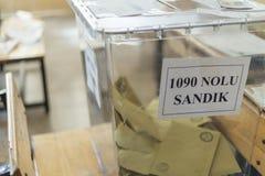 De mensen stemmen voor voorzitters en partijen in vroege Turkse verkiezing in Marmaris, Turkije Stock Foto's