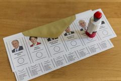 De mensen stemmen voor voorzitters en partijen in vroege Turkse verkiezing in Marmaris, Turkije Stock Fotografie