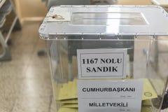 De mensen stemmen voor voorzitters en partijen in vroege Turkse verkiezing in Marmaris, Turkije Stock Foto
