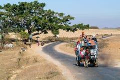 De mensen stopten op een tractor in het platteland van Pindaya op Mya vol Stock Afbeeldingen