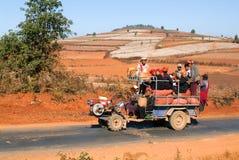 De mensen stopten op een tractor in het platteland van Pindaya op Mya vol Stock Afbeelding