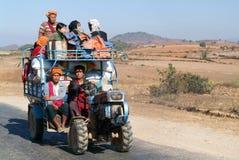 De mensen stopten op een tractor in het platteland van Pindaya op Mya vol Royalty-vrije Stock Afbeelding